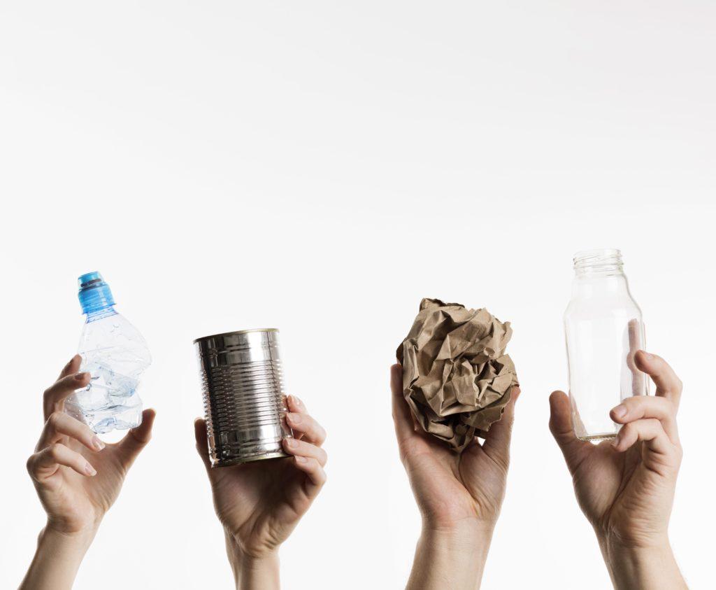 Przetwarzanie odpadów, butelka plastikowa w ręce